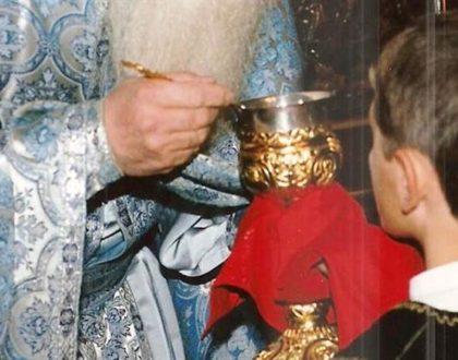 Έπεσε το Άγιο Δισκοπότηρο από τα Χέρια του. Συγκλονιστική η Πράξη του Ιερέα!